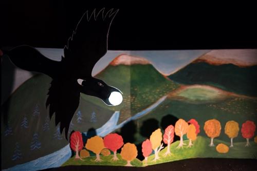 """corbeau vole la lumière, corbeau vole le soleil, cie aboudbras, théâtre de papier, """"La lune"""",contes de la nuit, Rencontres avec la nuit, médiathèque Vosges, théâtre d'ombres, conte marionnette Grand est, Vosges marionnette théâtre"""